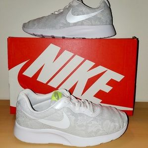 Womens Nike sz 8 tanjun white lace good condition